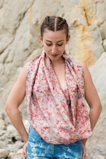 100% Twill de soie, sérigraphie à la main, teinture végétale - garance - modèle unique fabriqué en France.